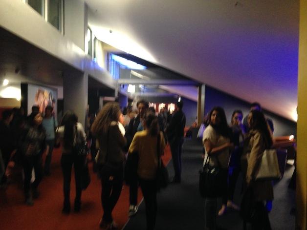 Spectateurs sortis juste après la seconde interruption de la projection de