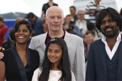 """(L-R) Cast member Kalieaswari Srinivasan, Director Jacques Audiard, cast members Claudine Vinasithamby and Jesuthasan Antonythasan pose during a photocall for the film """"Dheepan"""" in competition at the 68th Cannes Film Festival in Cannes, southern France, May 21, 2015.        REUTERS/Eric Gaillard - RTX1DWU3"""