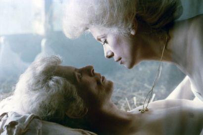 """David Bowie en compagnie de Catherine Deneuve dans le film """"Les Prédateurs"""" en 1983"""