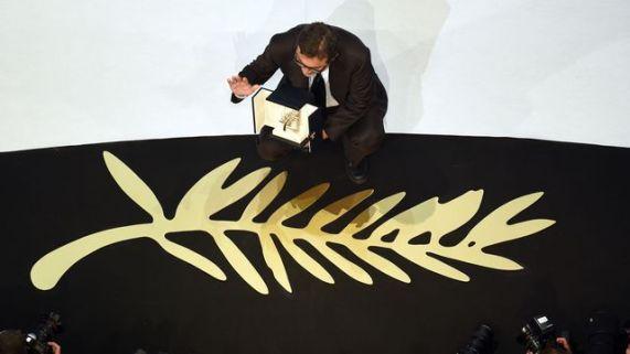"""Le réalisateur turc, Nuri Bilge, recevant la Palme d'Or pour son film """"Winter Sleep"""" en 2014"""