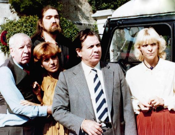 LES SOUS-DOUES, front from left: Feodor Atkine, Maria Pacome, Hubert Deschamps, Tonie Marshall, 1980, © AMLF